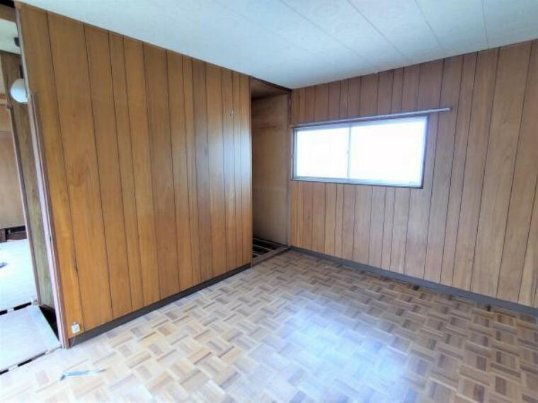 【リフォーム中】2階6帖の洋室です。床はフローリングを重ね張りし、壁・天井はクロスの張替えを行います。