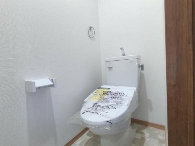 トイレ 【設備写真】トイレはTOTO製の温水洗浄機能付きに新品交換します。表面は凹凸がないため汚れが付きにくく、継ぎ目のない形状でお手入れが簡単です。節水機能付きなのでお財布にも優しいですね。
