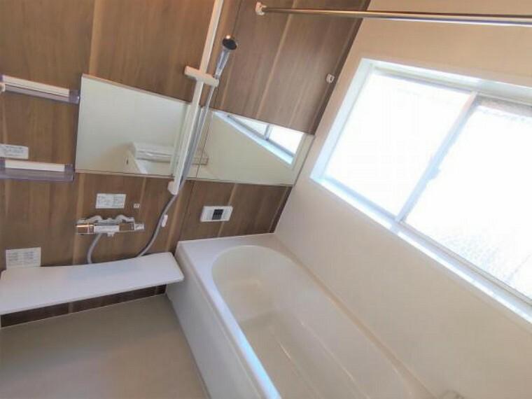 浴室 【設備写真】浴室は新品のハウステック製浴室乾燥機付きユニットバスに交換しています。足を伸ばせる1坪サイズの広々とした浴槽で、1日の疲れをゆっくり癒すことができますよ。