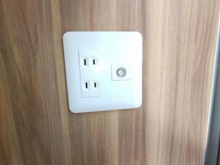 【設備写真】全居室にコンセントとTVジャックを設置します。現状コンセントが足りない箇所には必要に応じて増設も行います。生活してみないと気付かない部分もカバーしています。