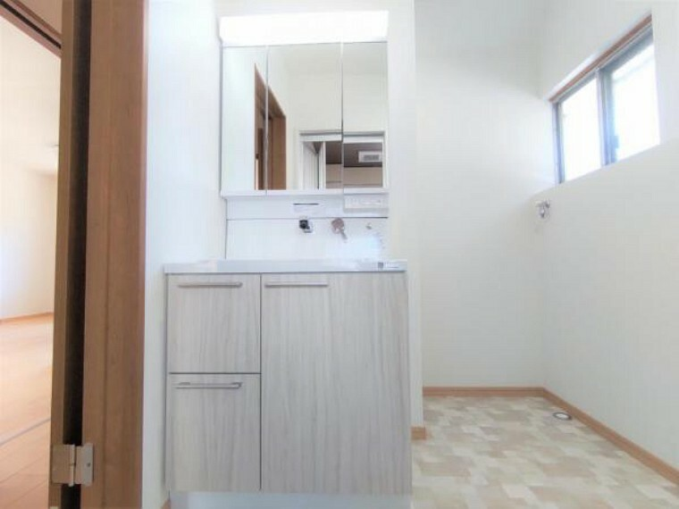 洗面化粧台 【リフォーム中(7月29日撮影)】脱衣所です。現在クロス張替え、床は素足にやさしいクッションフロアに張替えを行っています。