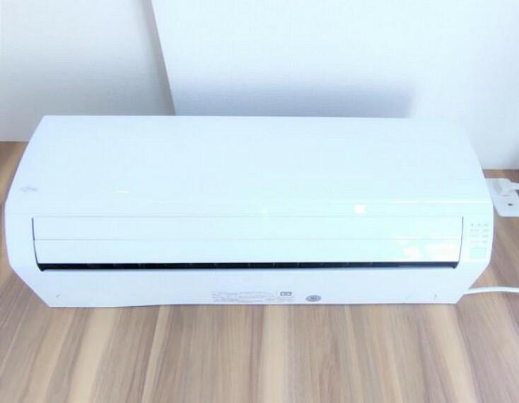冷暖房・空調設備 【設備写真】リビングには富士通ゼネラル製のエアコンを新設しました。もちろんリモコンも付属していて操作は簡単です。暑い夏も寒い冬も快適に過ごせます。