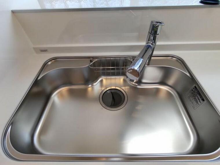 キッチン 【設備写真】新品交換予定のキッチンのシンクはサビにくく熱に強いステンレス製です。水はねの音を抑える静音設計で、従来よりもさらに水音が静かになっています。