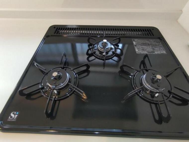 キッチン 【設備写真】コンロは3口ありお料理の同時進行が可能です。ワンタッチ着火で押すだけ、レバーで火力調整など操作も簡単です。また五徳が楽に取り外せるのでお掃除がしやすいですよ。
