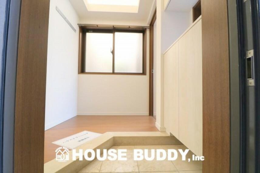 玄関 広々とした玄関が開放的で、充実した収納力が玄関周りを綺麗に演出してくれます。