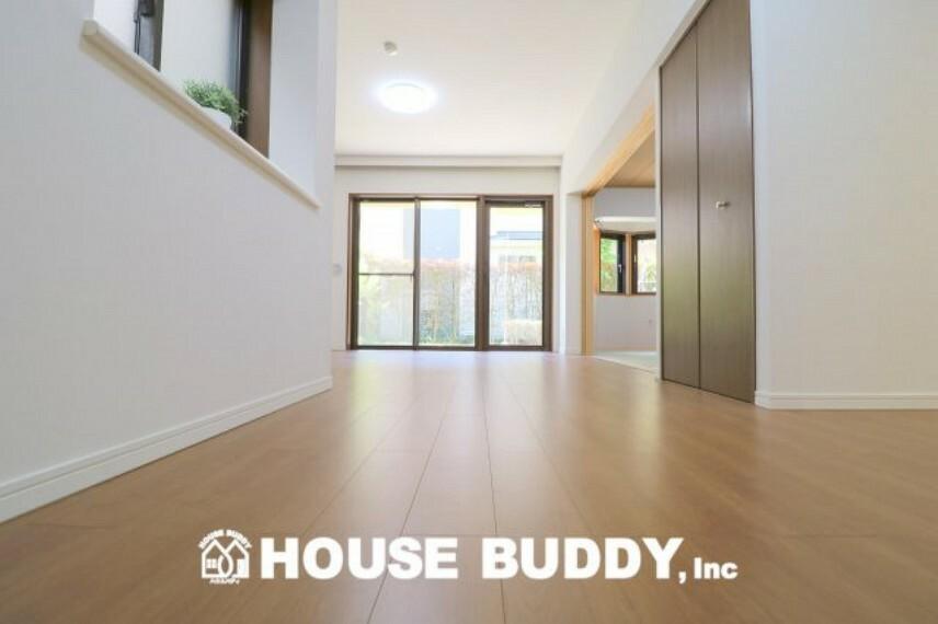 居間・リビング 明るい陽差しが降り注ぐリビング、ゆとりあふれる室内空間が心地よい暮らしを実現