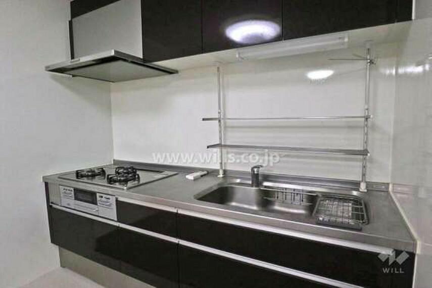 キッチン 壁付けキッチンのため、油汚れなどがお掃除しやすいという利点があります。ひとつひとつの収納が大きく、フライパンなどもストレスなく収納できます。