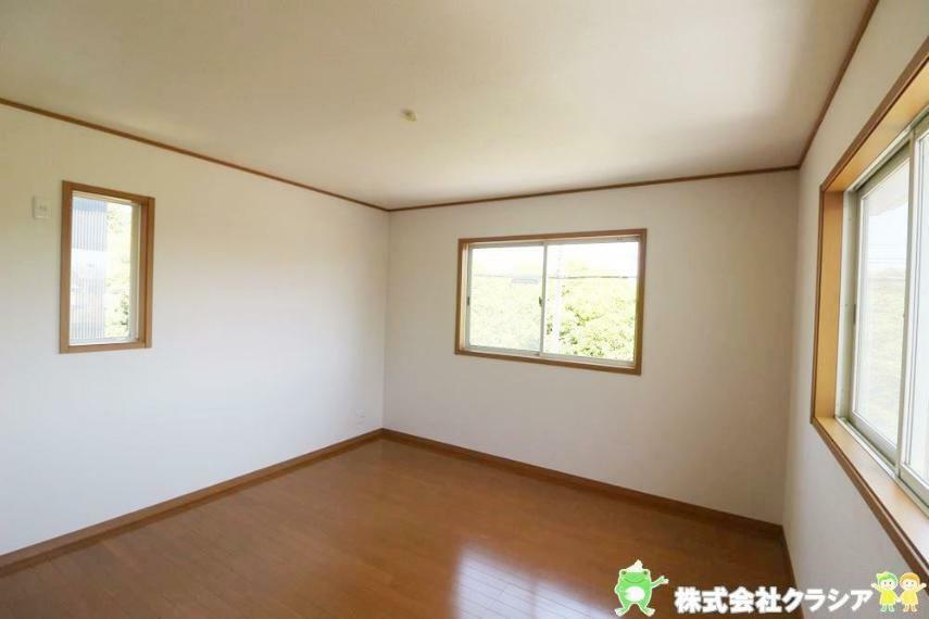 子供部屋 北側8帖の洋室です。家族1人1人の安らぎの空間。自分の好みで飾れるようシンプルな室内になっています(2021年4月撮影)
