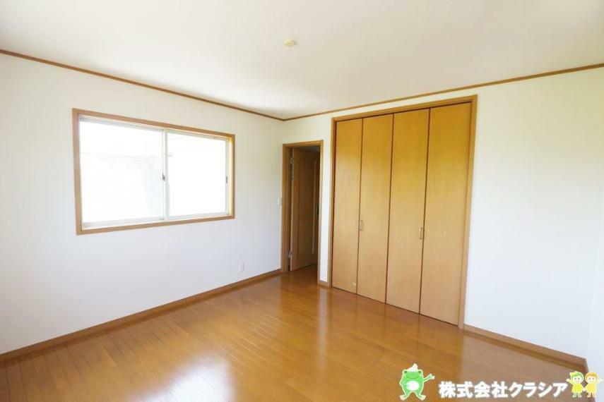 子供部屋 北側8帖の洋室です。各居室には収納完備していますので、綺麗な空間が保てますね(2021年4月撮影)