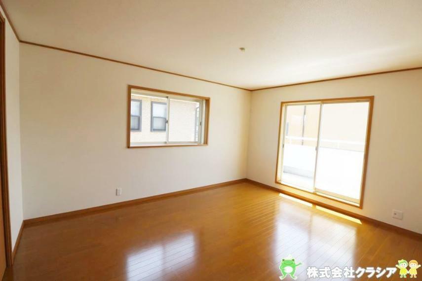 寝室 南側10帖の洋室です。プライベートなお部屋でゆっくりと過ごしたいですね。陽光がお部屋をリラックスできる空間にしてくれます(2021年4月撮影)