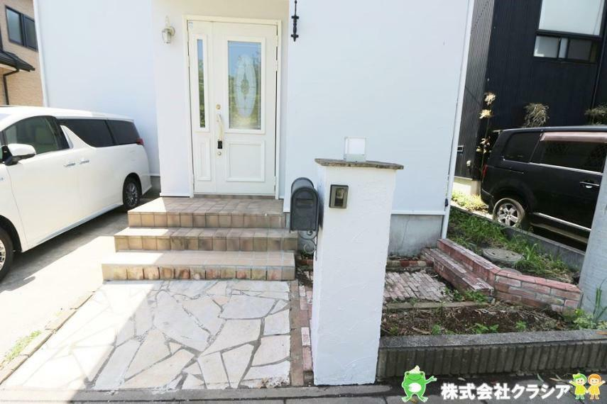 玄関 安らぎに満ちた生活空間を与えてくれる玄関です(2021年4月撮影)