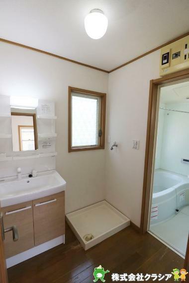 洗面化粧台 気持ちのいい朝をつくりだしてくれる洗面室はシンプルなデザインで仕上げられています(2021年4月撮影)