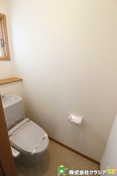 トイレ 2階トイレです。快適な温水清浄便座付。いつも使うトイレだからこそ、こだわりたいポイントです(2021年4月撮影)