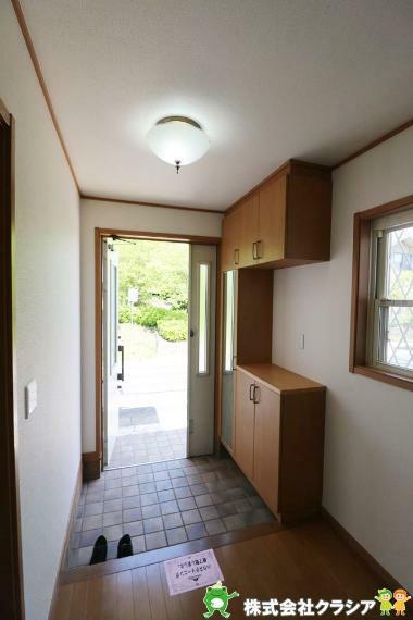 玄関 家族の帰り、お友達を迎える玄関。心地のいい安らぎのある暮らしになりますね(2021年4月撮影)