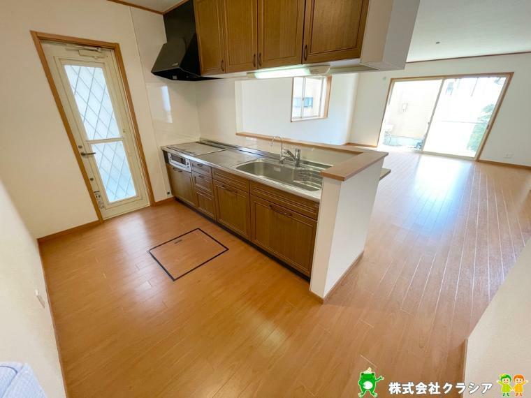 キッチン 会話も楽しめるオープンタイプのカウンターキッチン。お子さまの様子を見ながら家事ができますね(2021年5月撮影)
