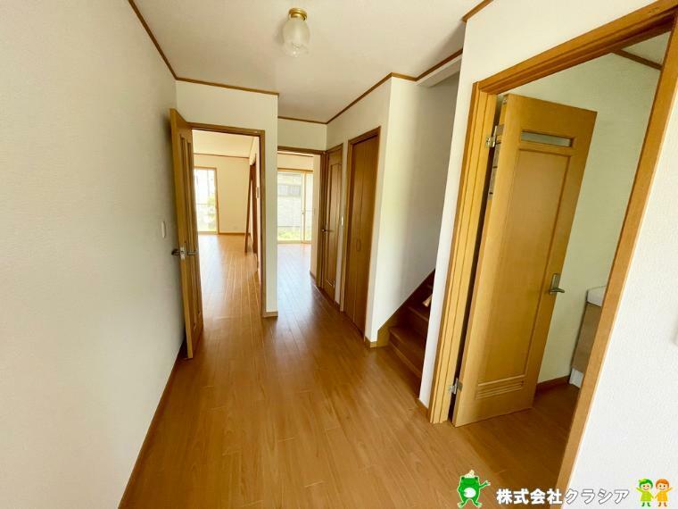 1階廊下部分です。フローリング貼替済、クロス貼替済につき綺麗な室内です。(2021年4月撮影)