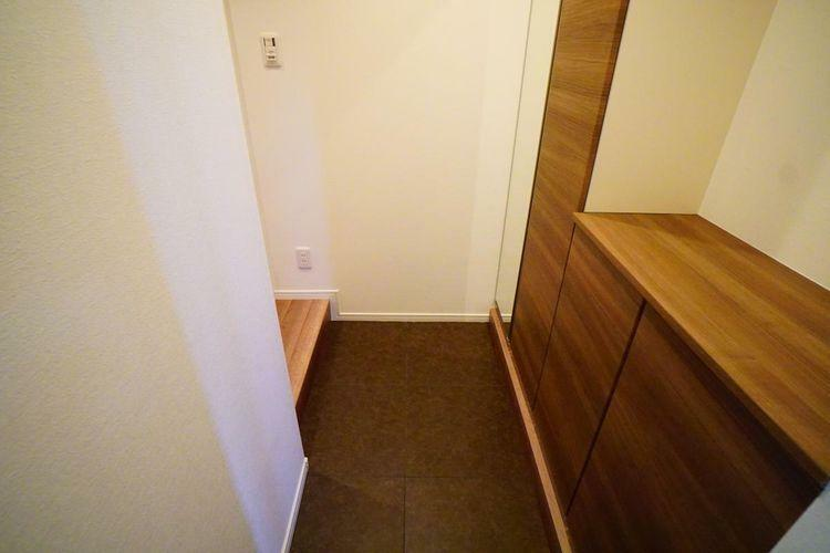 玄関 温かな木目調の玄関。お客様を迎える空間だからちょっとこだわった小物と照明でお出迎えを。