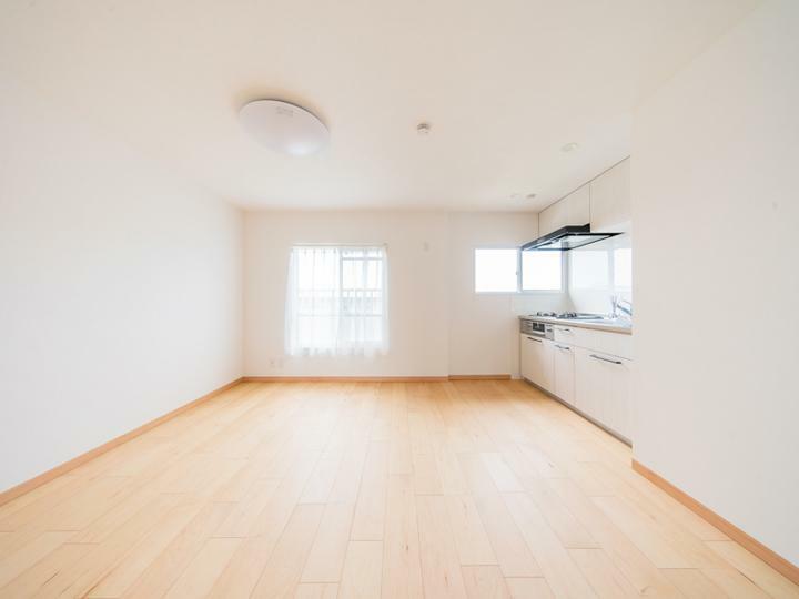居間・リビング リビングとキッチン側に窓があるので日照風通し良好です。
