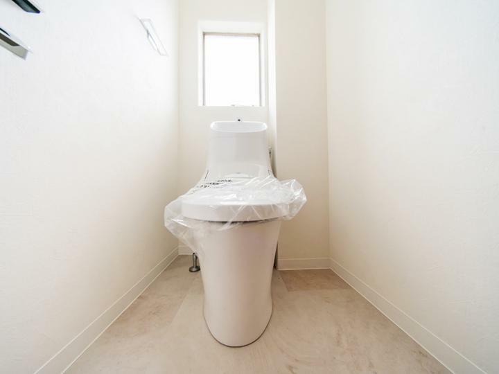 トイレ トイレ新規交換。水まわりにも窓があるので室内を通気性良く保てます。
