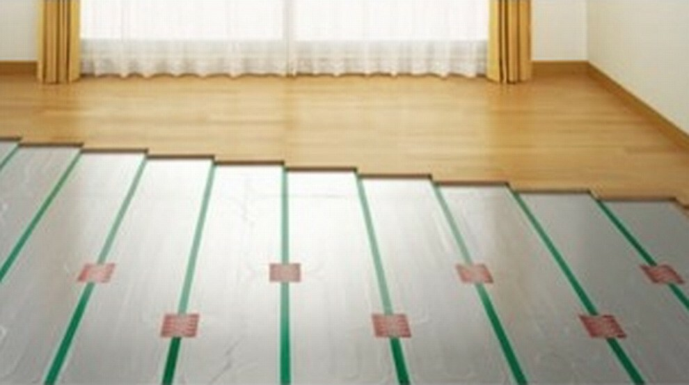 足元から部屋全体を暖めるガス式温水床暖房はスイッチONから約30分で暖かくなります電気式に対し床面温度が比較的均一に温まります温度差によって放熱するので放熱量は小さく低温やけどの心配も少ないです