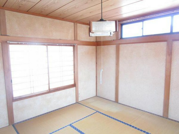 洋室 【リフォーム中】2階10帖洋室。和室から洋室へと変更。床フローリング張替・天井、壁クロス張替。窓からは柔らかな陽射しを確保。ご夫婦の寝室としても子供部屋としてもお使いいただけそうですね。