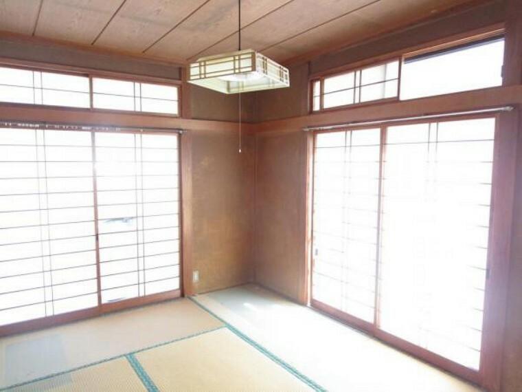 洋室 【リフォーム中】1階南東側6帖洋室。和室から洋室へ変更。床フローリング張替え、天井・壁クロス交換。南東向きの窓からはポカポカ陽光と心地よい風通しを確保。お天気のいい休日はお部屋の模様がえで気分転換をしてみるのも良さそうですね。