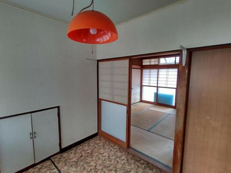 ダイニングキッチン 【リフォーム中】1階中央約9帖DK。天井・壁のクロスを貼り替え、床はフローリングを張り替えます。新生活を機に家具を新調してお部屋の雰囲気を変えてみるのも良さそうですね。