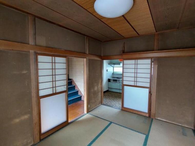 ダイニングキッチン 【リフォーム中】1階中央約9帖DK別角度。天井・壁のクロスを貼り替え、床はフローリングを張り替えます。今日一日の出来事を話しながらまったりと寛いでくださいね。