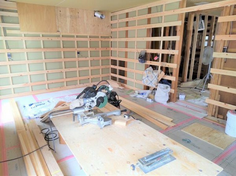 居間・リビング (リフォーム中写真6/17撮影)2間続きの和室を11帖のLDKに変更予定です。大きな窓が多いので光がよく入り、気持ちいいですよ。