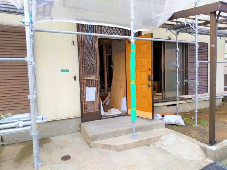 玄関 (リフォーム中写真6/17撮影)玄関は鍵の交換を予定しています。シリンダーごと交換し、以前の鍵は合わなくなりますので、安心して生活できますよ。