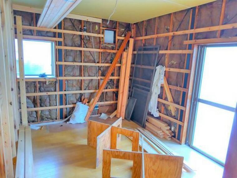 (リフォーム中写真6/17撮影)DKから洋室に変更します。壁、天井のクロスと床材を貼り替えし、リフレッシュします。