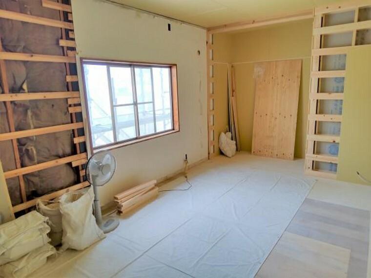 (リフォーム中写真6/17撮影)2階の洋室は天井・壁のクロスと床材を貼替する予定です。