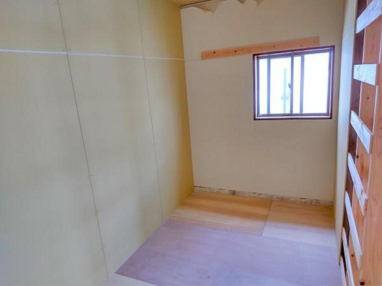 収納 2階の居室の一部をウォークインクローゼットに変更する予定です。3畳分のスペースがありますので、オシャレな奥様の洋服もたっぷり収納できそうですね。