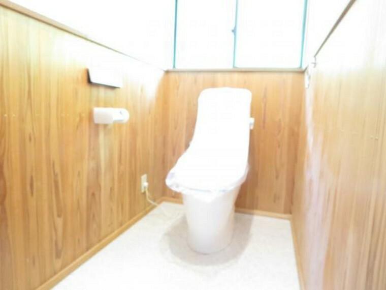 トイレ 【リフォーム済】トイレはLIXIL製の温水洗浄機能付きに新品交換しました。キズや汚れが付きにくい加工が施してあるのでお手入れが簡単です。直接肌に触れるトイレは新品が嬉しいですねね。