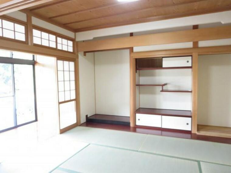 【リフォーム済】続き間の和室です。畳の表替えをして、襖障子は張り替えました。陽当たりがいいので、ゴロンと横になりたい時には嬉しい空間です。