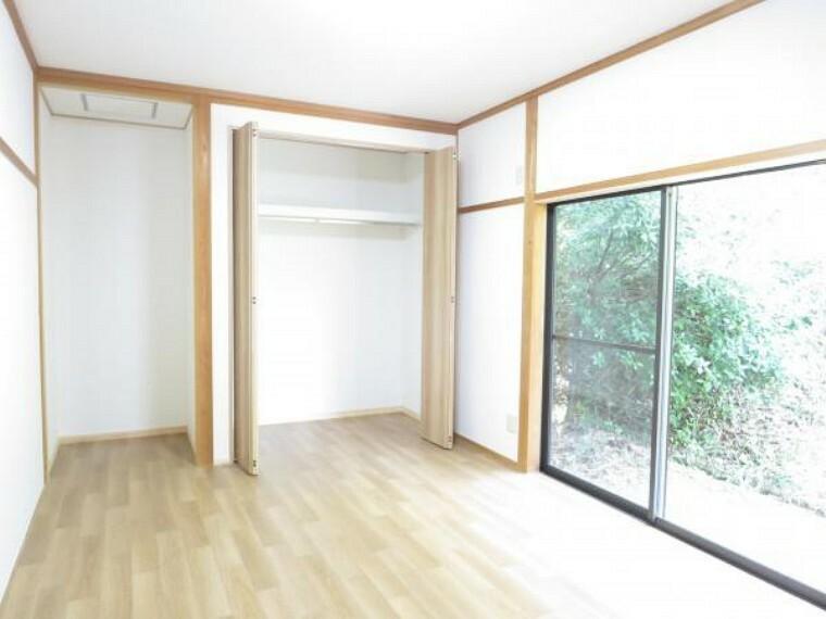 【リフォーム済】和室を洋室に間取変更しました。壁と天井はクロスを張り、床は明るいタッチのフロア-タイルを貼りました。クローゼットを新設したので、お洋服の収納などにも便利です。クローゼットの並びに何にでもご利用できる半間のスペースがあります。