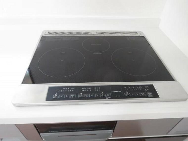 【リフォーム済】キッチンはIHの3口コンロなので同時進行で調理可能。大きなお鍋を置いても困らない広さです。火を使わないので小さなお子さんがいるご家庭では安心ですね。