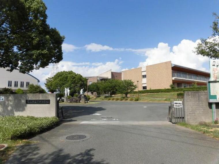 小学校 万田小学校まで1100m。温かくてのびのびした小学校です。休み時間の校庭は子供たちの声で溢れています。