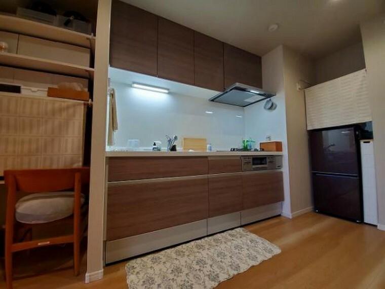 キッチン リビングと適度に区切られたキッチンスペース