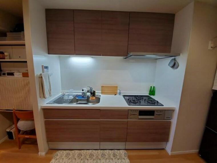 キッチン 奥にしまった調理器具もスムーズに取り出せるスライド式収納