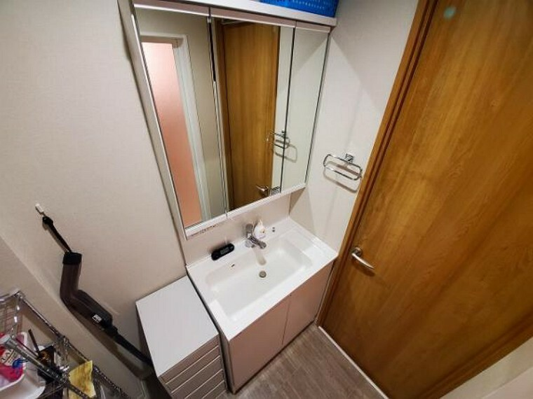 洗面化粧台 鏡の裏が収納となっている三面鏡の洗面台