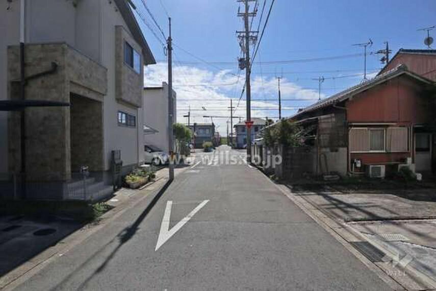 現況写真 物件の東側前面道路(北側から)[2020年10月17日撮影]