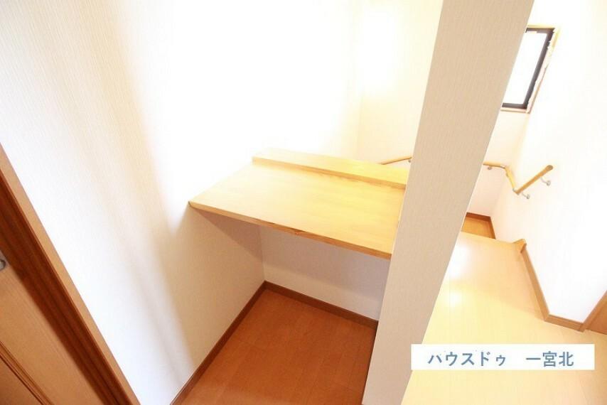 2階ホールには便利な作業台付きです