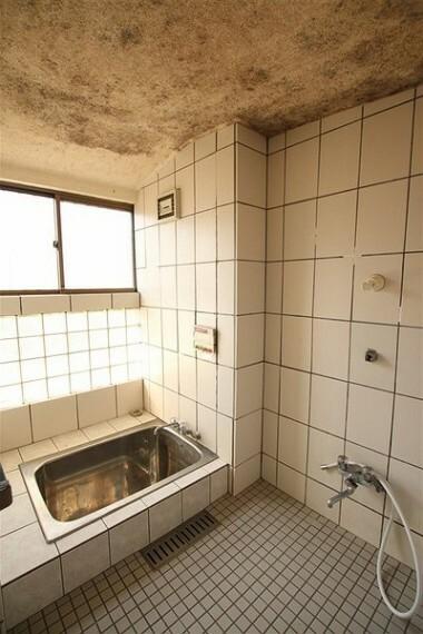 浴室 窓のあるバスルーム。浴槽、洗い場ともにゆとりのある設計です。
