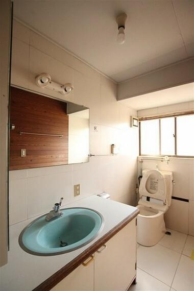 洗面化粧台 窓のある洗面室