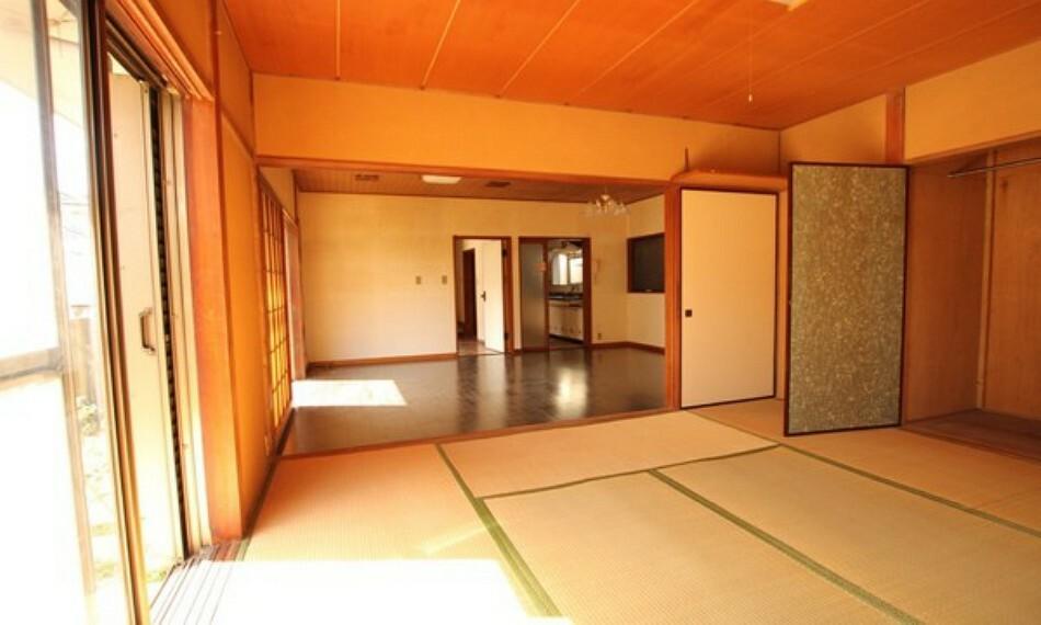 和室 収納もしっかりとれていて、陽当たりも良く明るい居室。