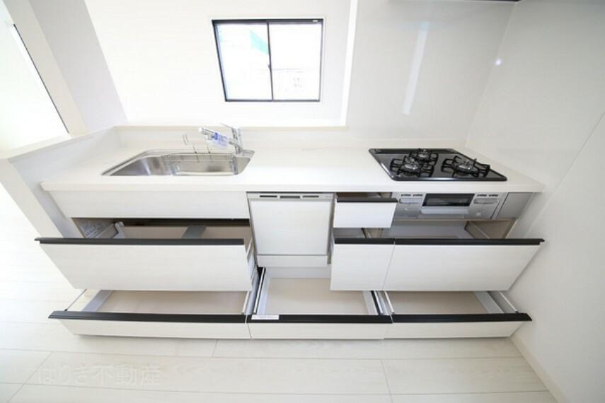 キッチン 引き出し式のキッチンは奥の物も取り出しやすくなっています。