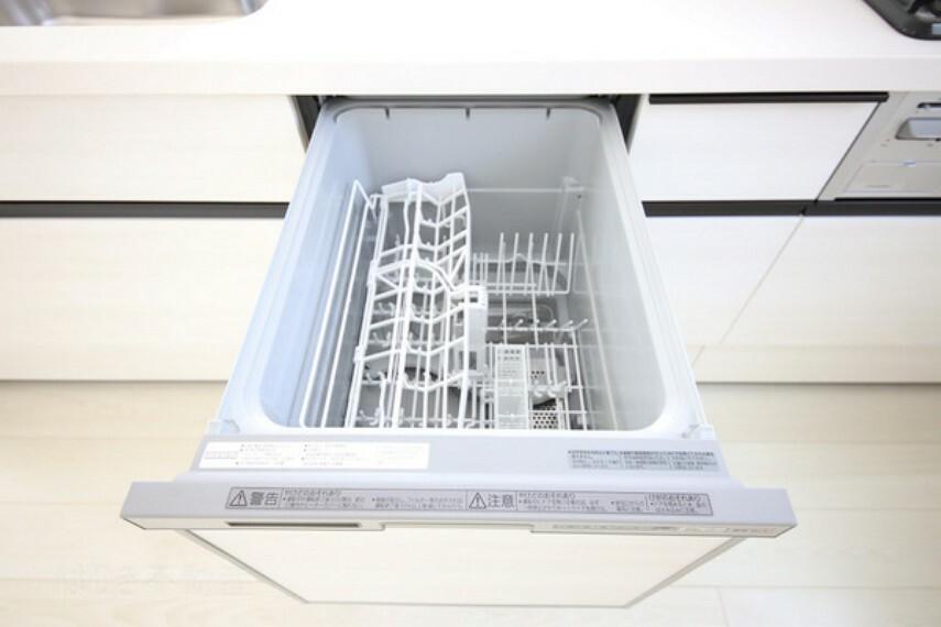 キッチン 食器洗浄乾燥機付きのシステムキッチンを設けました。毎日の家事負担を軽減する嬉しい設備です。