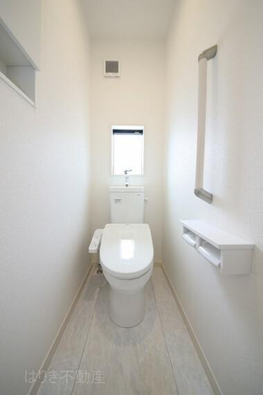 トイレ 窓付きで自然換気できるのもうれしいですね。 ウォシュレット機能付きトイレ。