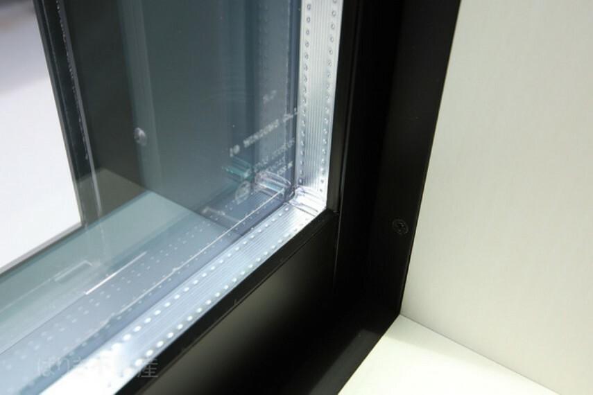 専用部・室内写真 ペアガラスを採用。結露を防ぎ、光熱費の節約につながります。
